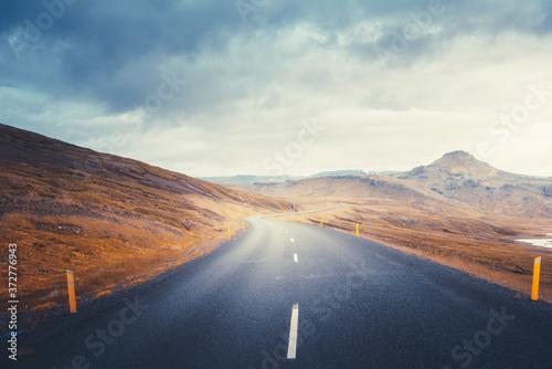 Plakaty do sypialni  icelandic-landscape-with-asphalt-road