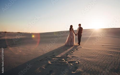 Foto newlyweds walk in the desert