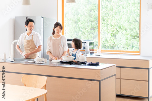 Fotomural キッチンで料理する家族・ファミリー
