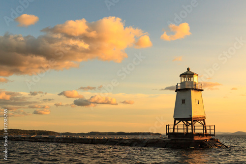 Phare devant le Community Boathouse Marina à Burlington, Vermont Canvas Print