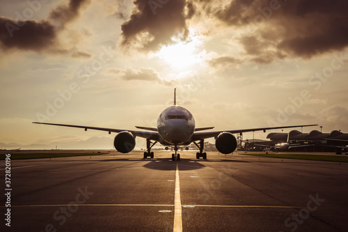 Aircraft taxiing to airport runway Fototapet