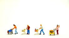 ショッピングカートを押しながら並ぶ4人の客