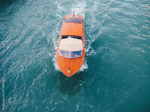Fotografering Un bateau mouche se promenant sur les canaux