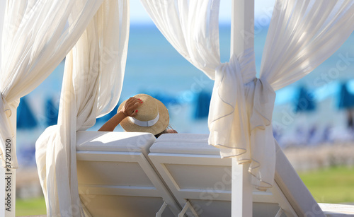 Fotografia blonde girl sitting in the gazebo