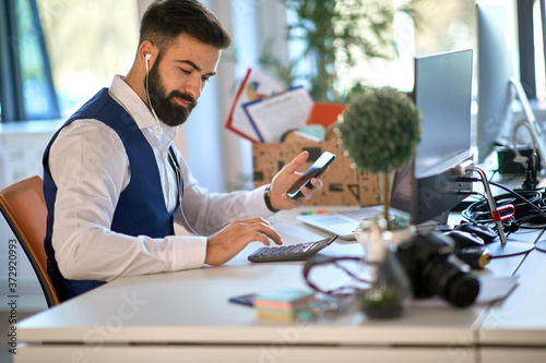 Obraz na plátne Young accountant working with calculator
