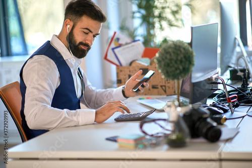 Billede på lærred Young accountant working with calculator