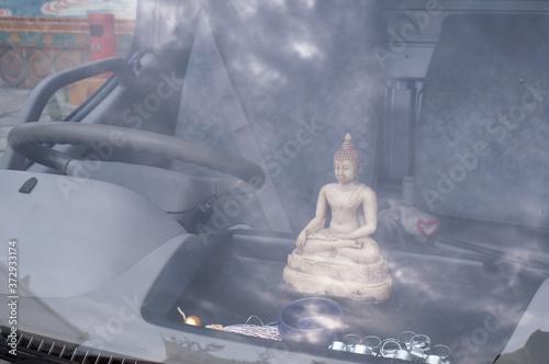 Papel de parede 27 August 2014, Singapore: Buddha Statue On Car Dashboard at Singapore