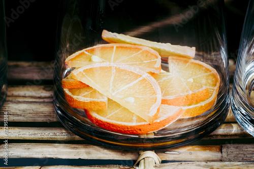 Tranches d'orange au fond d'un bocal en  verre pour faire une orangeade Wallpaper Mural