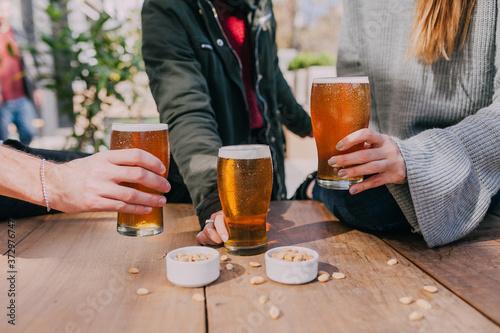 Leinwand Poster cerveza con amigos