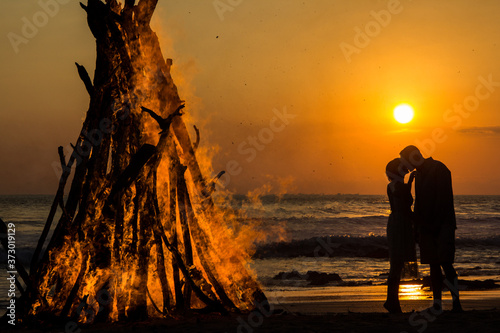 Fotografie, Obraz fire couple sunset  in Santa Teresa.