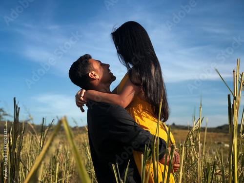 couple in the field Fotobehang