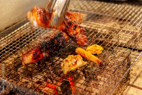 Obraz na płótnie スペアリブを焼き網で焼いているシーン