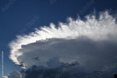 Obraz na plátně 空を覆い尽くすかの巨大な雲、入道雲を飲み込んだのは多毛雲という積乱雲の一つ、多毛積乱雲。