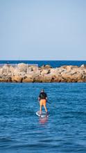 Hombre Surfeando En El Océano En Un Día Soleado