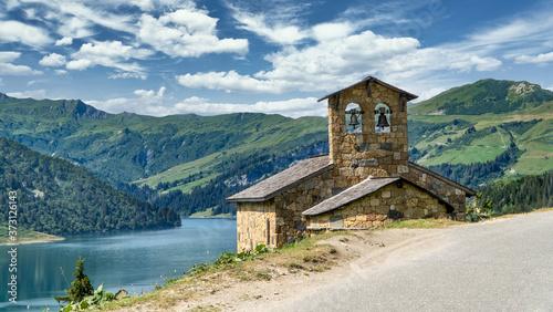 Alte Bergkirche mit Bergpanorama und blick auf den Lac de  Rosalinde, Auvergne-R Tableau sur Toile