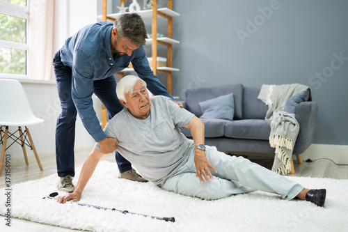 Carta da parati Helping Elder Senior Fallen Man