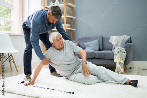 Helping Elder Senior Fallen Man Fototapete