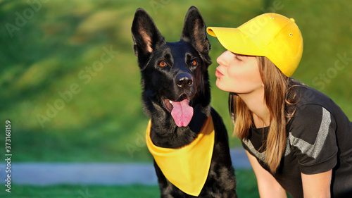 Fotografija Woman kissing her German shepherd dog