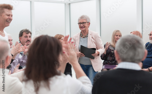 Foto old lady teaches old people