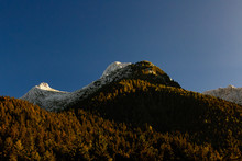 Cima Delle Alpi Illuminata Dal Sole