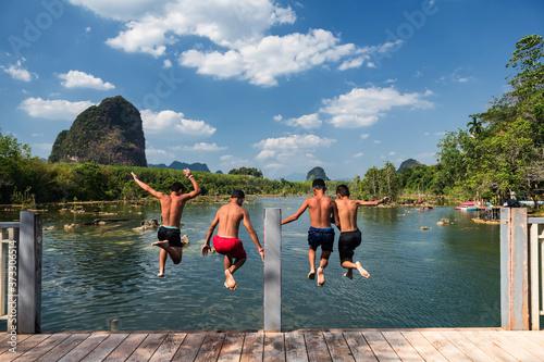 Fotografija Happy friends jump to Klong Rood lake, Krabi