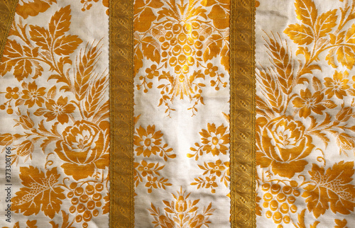 Foto white fabric with gold floral ornaments, like the clothes of a bishop or a pope