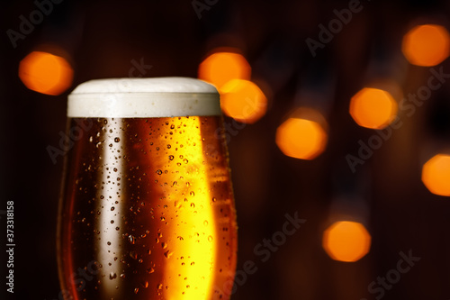 Fotografiet glass of beer with foam and bubbles