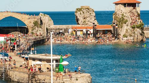 puerto de Castro Urdiales en verano 2020 lleno de personas paseando y bañandose