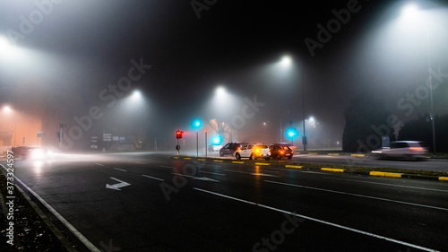 Obraz na plátně le strade di ferrara, immerse nella nebbia, nella notte di capodanno