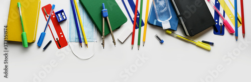 Foto School supplies, face mask and sanitizer, light background with copy space, back