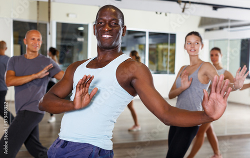 Photo happy adult dancing people practicing vigorous swing in dance studio