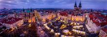Panorama Der Altstadt Von Prag Am Abend Mit Festlichen Adventslichtern Und Traditionellem Weihnachtsmarkt Auf Dem Platz Zur Winterzeit, Tschechische Republik