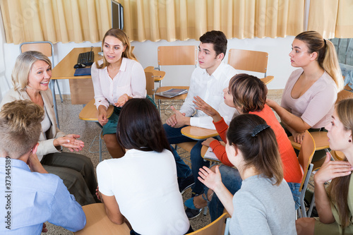 Fotografía Cheerful student group lively discussing while sitting in circle in auditorium