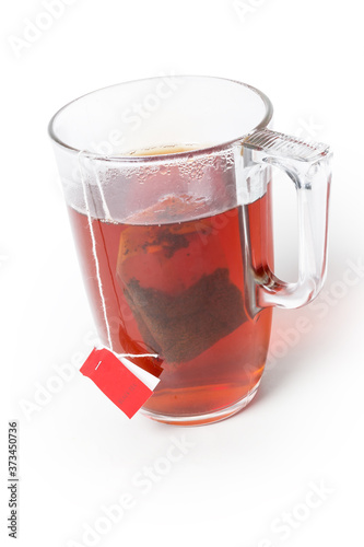 Photo Glass cup of freshly brewed black tea with tea bag
