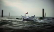 Papierschiff Fährt Durch Ein ...