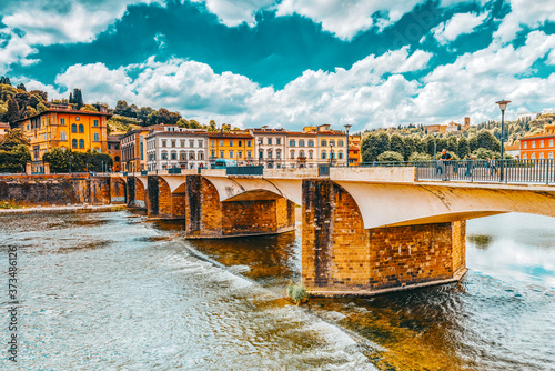 Photo FLORENCE, ITALY - MAY 13, 2017 : Beautiful landscape view bank of the Arno River of the Florence - Bridge to Thanksgiving (Ponte alle Grazie)