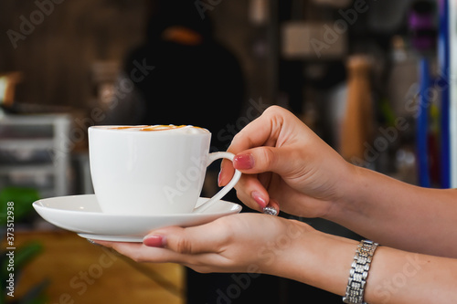 Foto young woman holding a cup of coffee