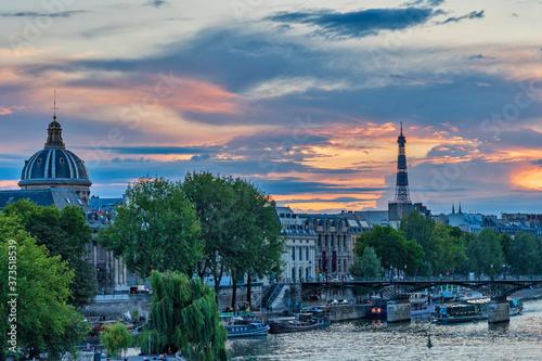 Stampa su Tela Eiffel tower and Institut de France at sunset, Paris