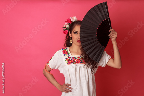 Retrato mujer mexicana latina en atuendo tradicional con adorno de flores folclórico