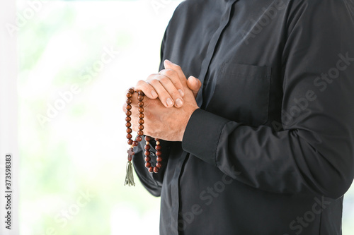 Photo Male praying priest with rosary beads, closeup