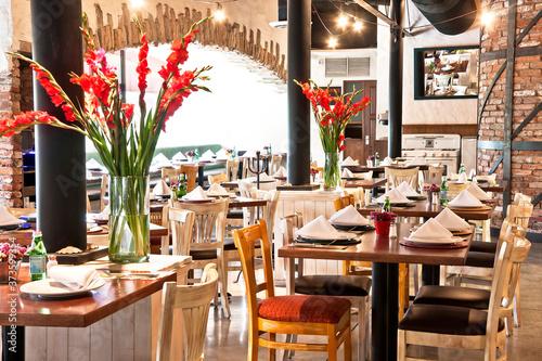 Obraz na płótnie restaurante de lujo con su montaje de mesa y adornos florales