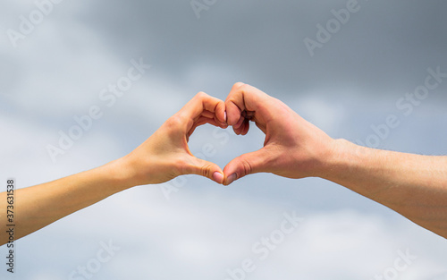 Cuadros en Lienzo Female and man hands in the form of heart against the sky