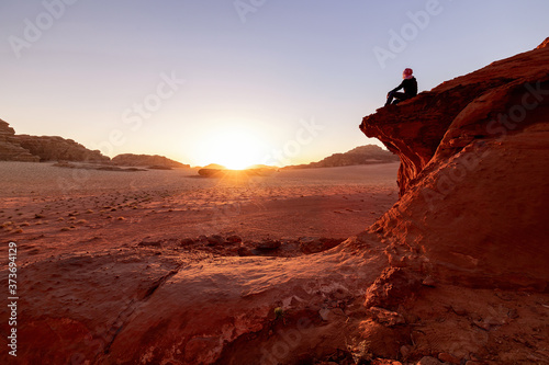Photo Self portrait at the sunset in the Wadi Rum desert, Jordan.