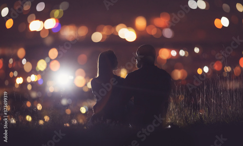 Fotomural Romantic Lovers couple against background night city, sky star