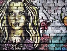 Street Art, Visage En Gros Plan D'une Femme Blonde Aux Cheveux Longs Et Dans Environnement Surréaliste