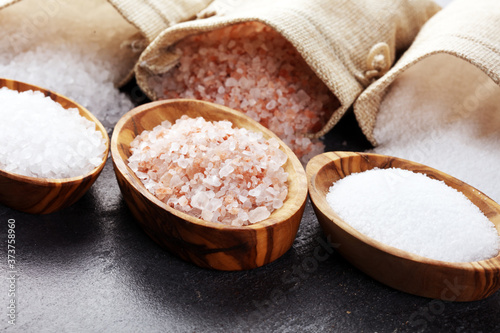 Fotografiet Sea salt and himalayan on spoon. Crystals of salt on background
