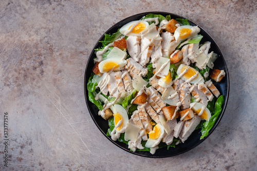 Fotomural Grilled chicken caesar salad with crunchy croutons