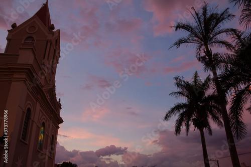 Slika na platnu entardecer com igreja e palmeiras