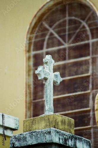 Tela cruz sobre igreja