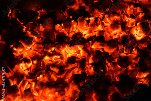 Photo Hot and burning coals in a brazier at night.